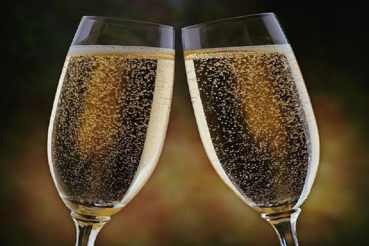 Szilveszeri csillogás csomag, koccintás pezsgővel