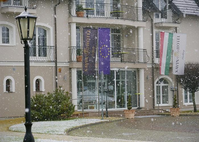 A Xavin Hotel látképe télen