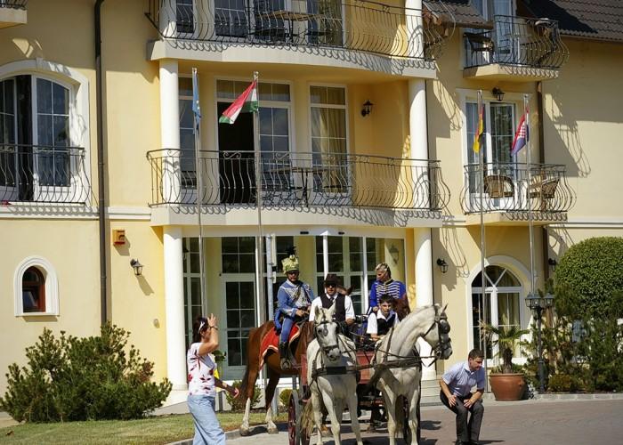 Harkány szüreti fesztivál - lovasok érkeznek a szálloda elé