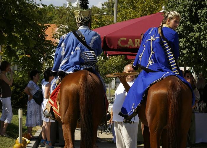 Harkány szüreti fesztivál - lovasok a szálloda kerthelyiségénél