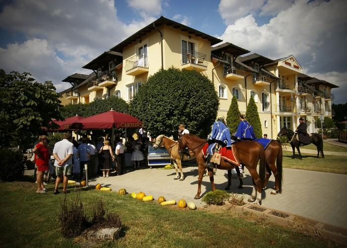 Harkány szüreti fesztivál - lovasok és érdeklődők a szálloda kerthelyiségénél