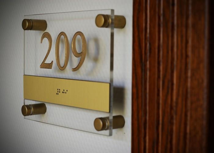 Szobáink - szobaszámot jelző tábla Braille-írással