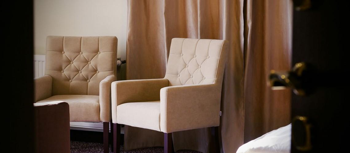 Kétágyas szoba - aranyozott érintőkártyás bejárati ajtó, háttérben a székekkel