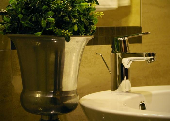 Fürdőszoba részlet - csap és tükör