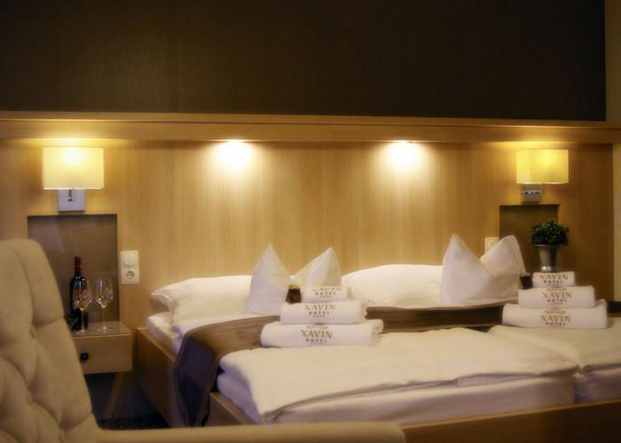 Családi lakosztály - beltér részlet modern LED megvilágítás az ágy fejvégen