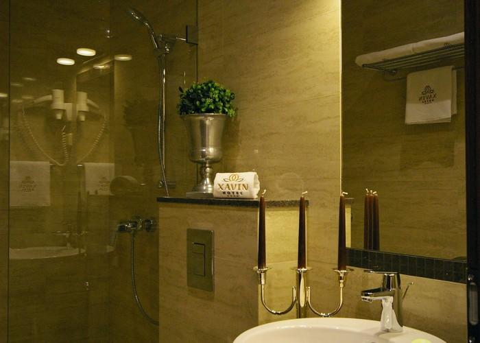 Fürdőszoba részlet - kézmosó és zuhanyzó