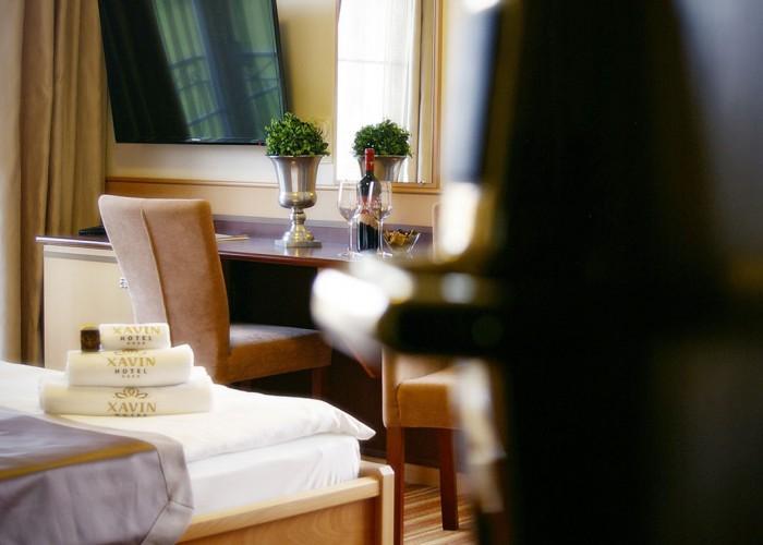 Kétágyas szoba - aranyozott érintőkártyás bejárati ajtó és LCD LED televízió