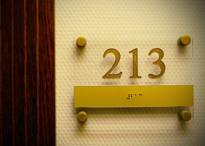 Szálloda betér - szobaszámot jelző tábla Braille írással
