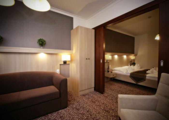 Családi lakosztály - kanapé és a térelválasztó modern tolóajtó