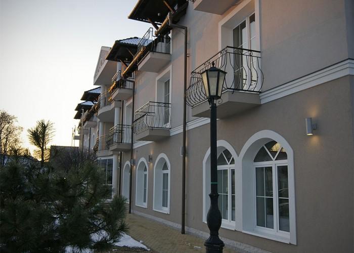 A Xavin Hotel homlokzata télen