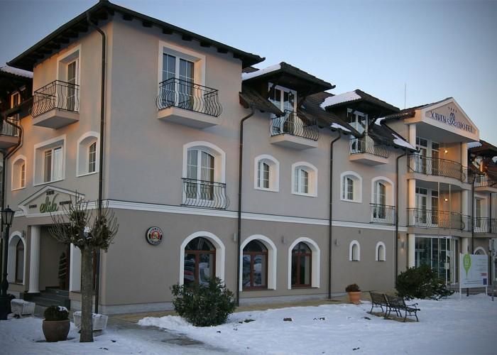 Jobb oldalon a szálloda főbejárata, bal oldalon az Oliva étterem bejárata
