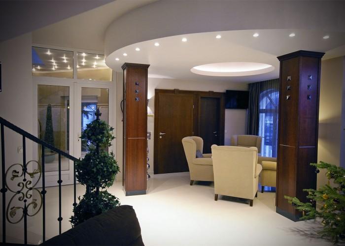 A Xavin Hotel lounge részlege és a wellness részleg bejárata