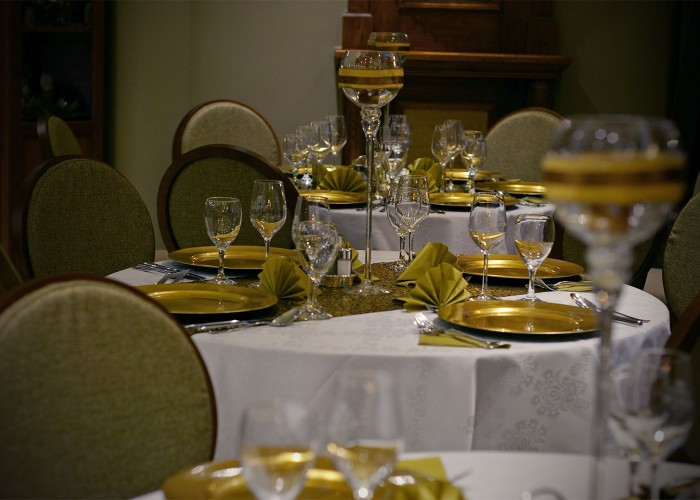 Az Oliva étterem megterített asztalai