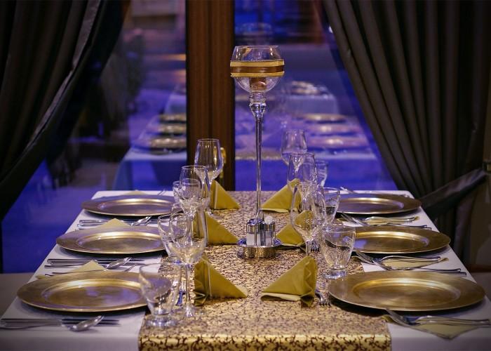 Teríték és asztaldísz az étteremben