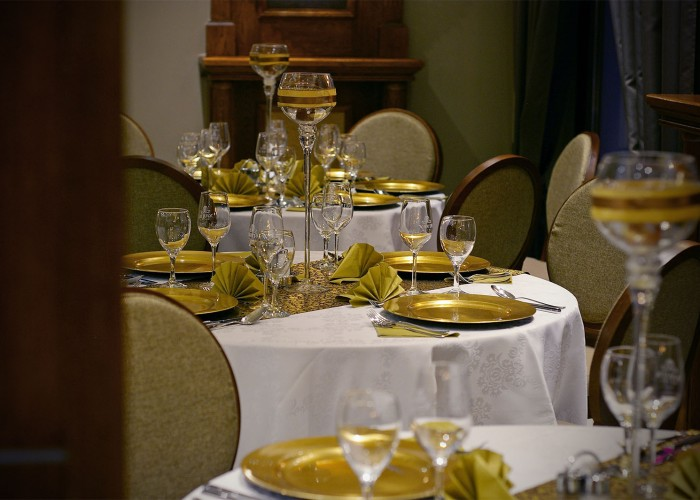 Megterített asztalok a Xavin Hotel éttermében