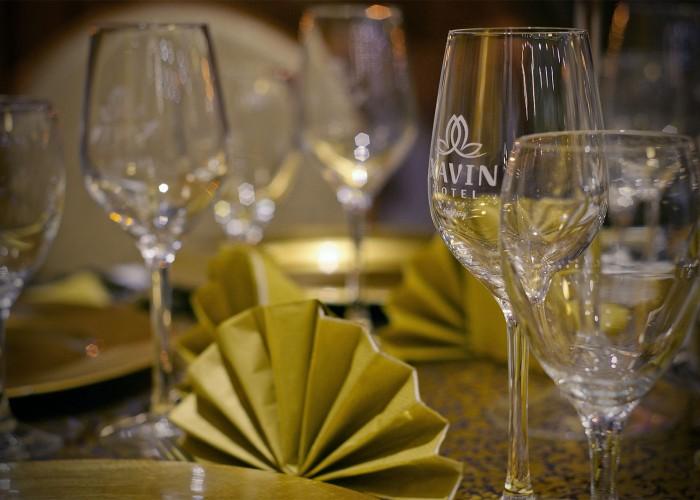 Poharak a megterített asztalon