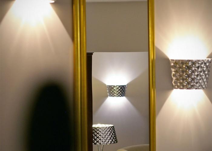 Tükörkép a Xavin Hotel emeletre vezető lépcsőjén