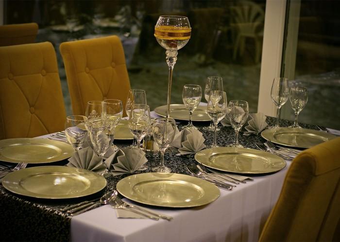 Megterített asztal a Xavin Hotel télikertjében