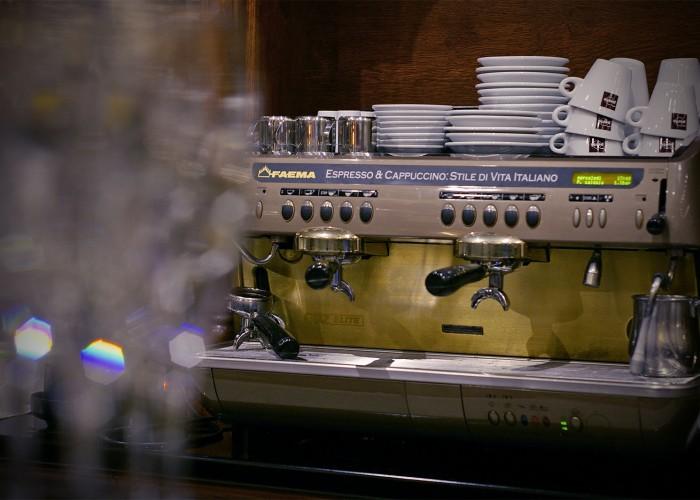 Faema professzionális kávéfőző gép és minőségi kávé az étteremben