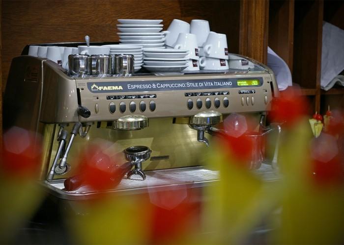 Professzionális kávéfőző gép várja a kávék szerelemeseit