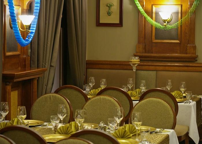 Megterített asztalok és a feldíszített beltér várja a vendégeket a Xavin Hotel éttermében