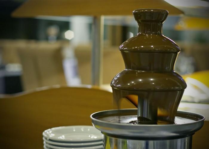 Csokoládé szökőkút a gyermekek és a desszertet fogyasztani kívánó vendégek örömére
