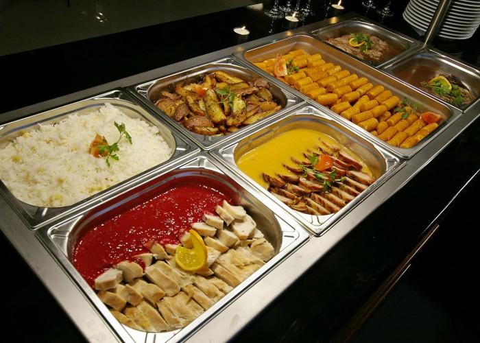 Svédasztalos vacsora az Oliva étteremben: Vaslapos csirke spárgás jázmin rizzsel, Pikáns szarvassült áfonyás cabernet mártásban, krokett, Bacon köntösben sült sertésszűz