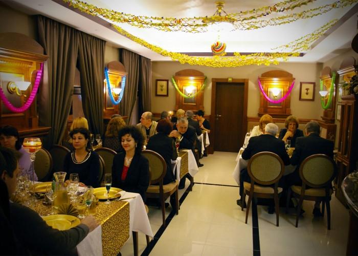 A vendégek helyet foglalnak a szilveszteri ünnepségre