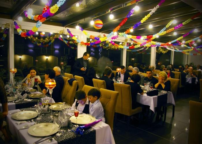 A vendégek helyet foglalnak a szilveszteri ünnepségre a télikertben