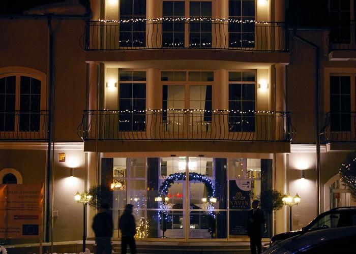 A Xavin Hotel főbejárata esti fényben