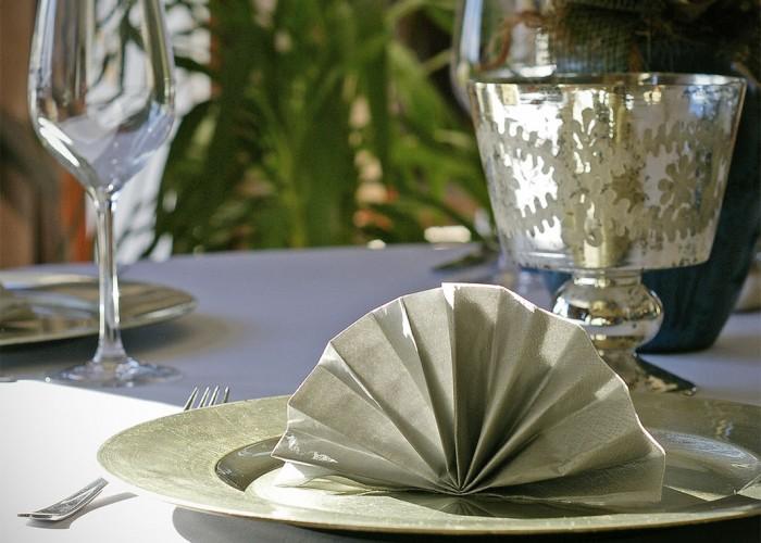 A harkányi Oliva étterem asztala, ezüst színű hajtogatott szalvéta