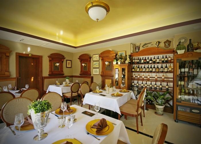 Az Oliva étterem beltere, jobb oldalon a villányi borok legjava
