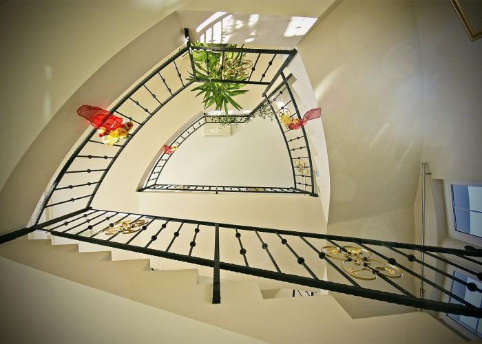 A szálloda emeleteire vezető lépcső csiga alakzata