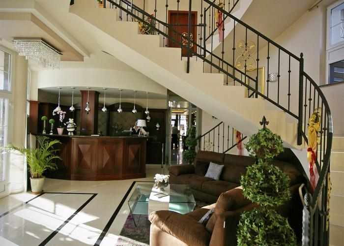 A Xavin Hotel megújult főbejárata és recepciója