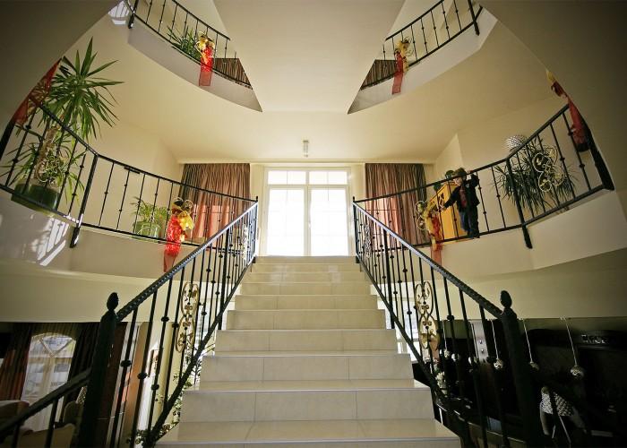Az emeltre vezető lépcsők