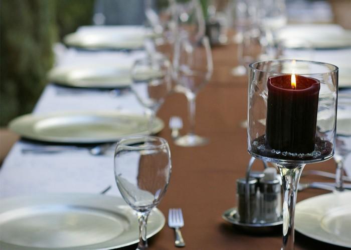 Megterített asztal a Lavanda kertben, háttérben kilátással az udvarra