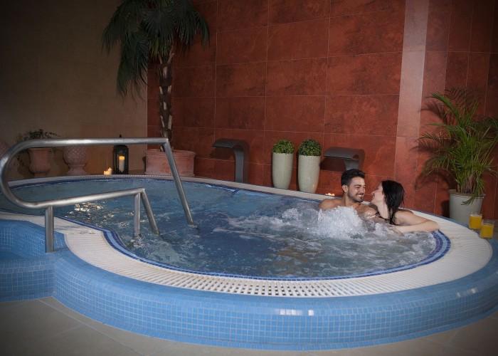 Masszázs medence a szálloda wellness részlegében