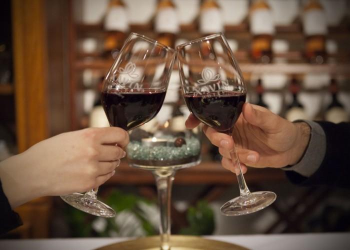 A villányi borok széles kínálata a harkányi Xavin hotelben. Koccintás egy pohár vörösborral.