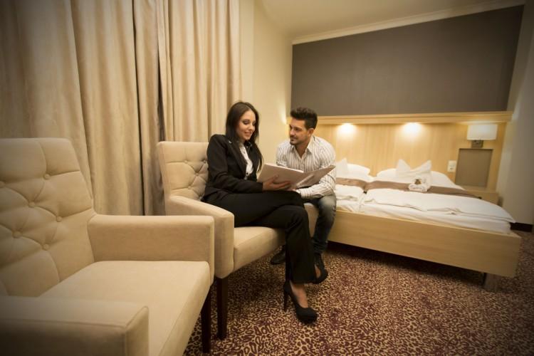 A harkányi Xavin szálloda szobájának beltere, a vendégek kényelembe helyezik magukat az érkezés után.