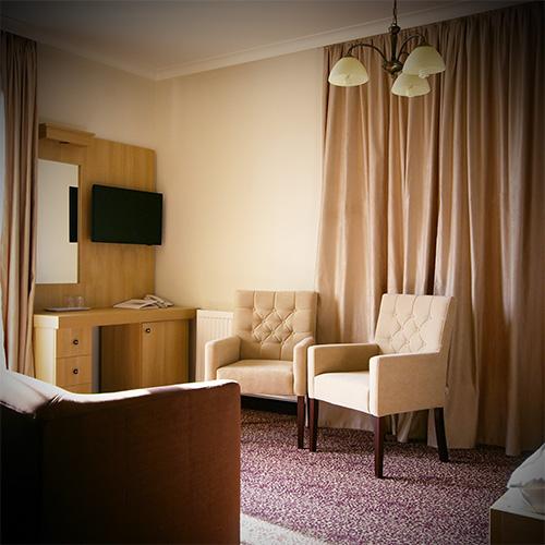 Standard franciaágyas szoba pótággyal - székek