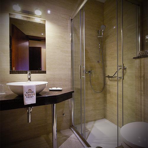 Standard franciaágyas szoba pótággyal - fürdő