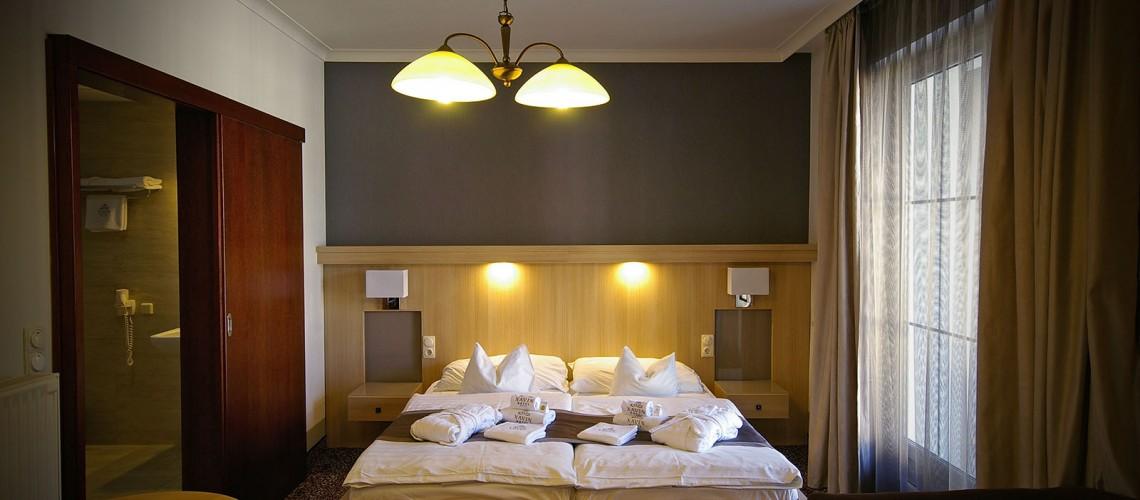 A szálloda mozgáskolátozott szobájának beltere.