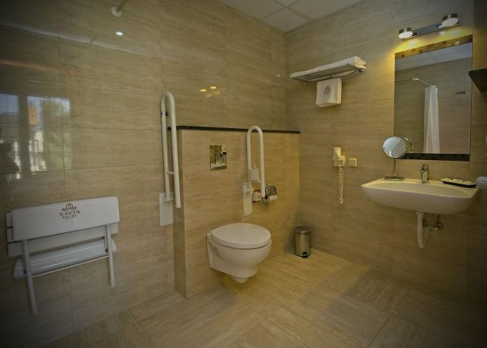 A mozgáskorlátozott szobában kialakított speciális fürdőszoba.