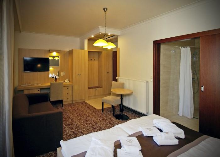 A harkányi Xavin Hotelben a mozgáskorlátozottak számára kialakított szoba beltere.