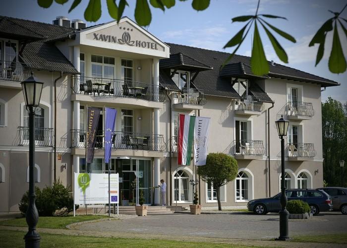 A szálloda főbejárata és a kihelyezett zászlók