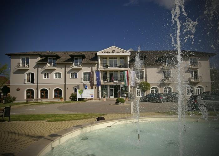 A harkányi Xavin Hotel főbejárata, valamint a szálloda előtt elhelyezkedő szökőkút és parkoló.