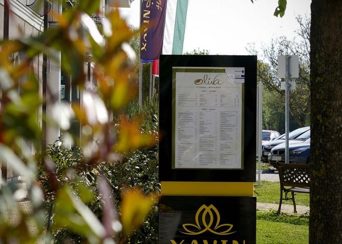 A szálloda előtti infó tábla, rajta az ét- és itallappal.