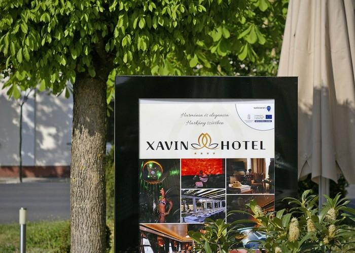 A szálloda előtt elhelyezkedő információs panel- és étlap.