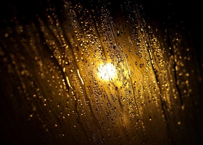 Megcsillanő vízcseppek és pára a szálloda gőzkabinjának üvegajtaján.
