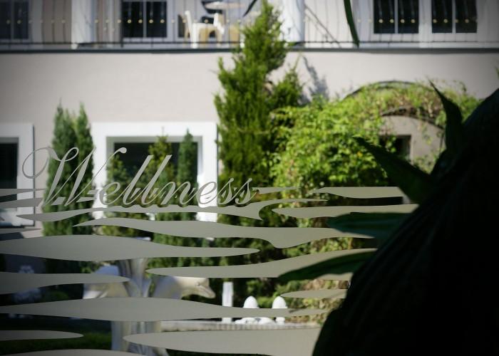 Kilátás a szálloda kerthelyiségébe a wellness részlegből.